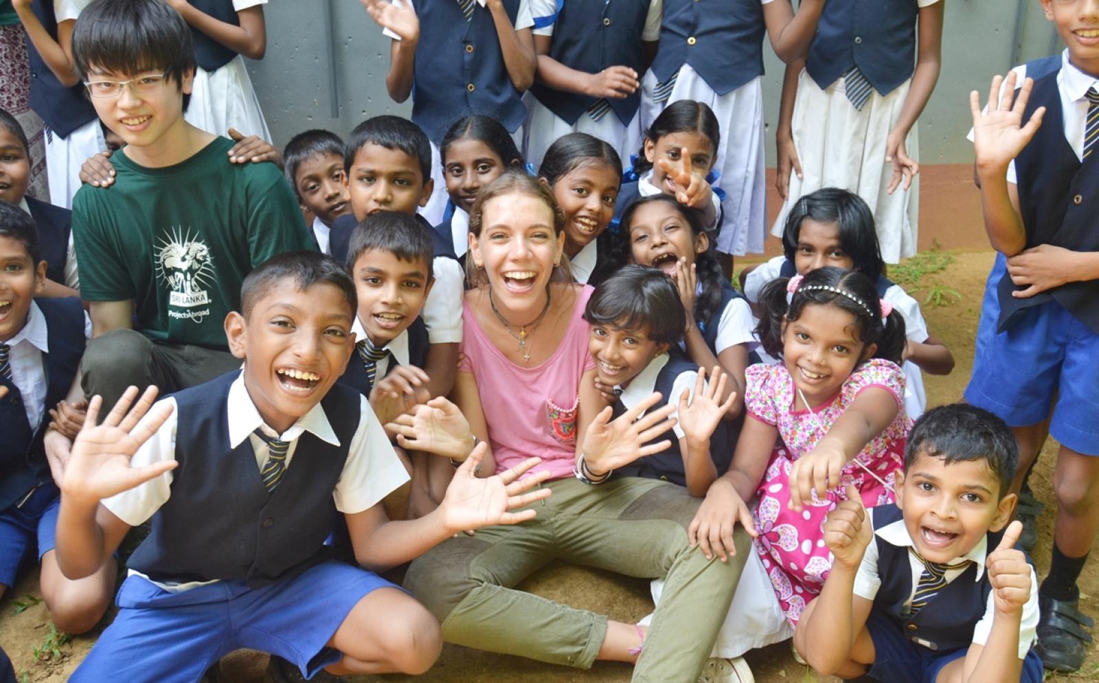 スリランカでチャイルドケア支援に取り組む高校生ボランティアたち